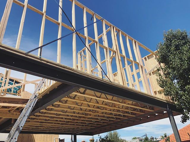 Going up ⬆️ . . . . . . #steel #timber #construction #build #melbournebuilder #melbournearchitecture #frame #firstfloor #design #archilovers #archidaily #archdaily #workinprogress #insite #extendrenovate #newextension #lazconbuiltmpark