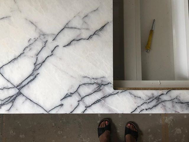 New York marble adding drama & depth 💥👌🏼 Stunning spaces coming together at the Marion Apartments . . . . . . 📐 @mosarchitects @deni_bourke #builder #lazconbuiltmarion #construction #designdetails #marble #newyorkmarble #wip #melbournearchitecture #archidaily #archilovers #designdaily #warehouseconversion #interiordesign #interiorstyle #contemporaryarchitecture #kitchen #blackkitchen #blackandwhitekitchen
