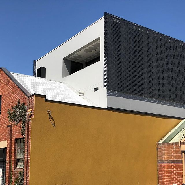 Screen action in the back lanes of Fitzroy 💥 . , . . . 📐 @mosarchitects @deni_bourke  #warehouse #warehousefacade #exteriorarchitecture #australianarchitecture #exteriordesign #screens #warehouseconversion #apartmentliving #warehouseapartment #construction #construct #build #builder #melbournebuilder #archilovers #archdaily#contemporaryarchitecture #lazconbuiltmarion #fitzroylaneways
