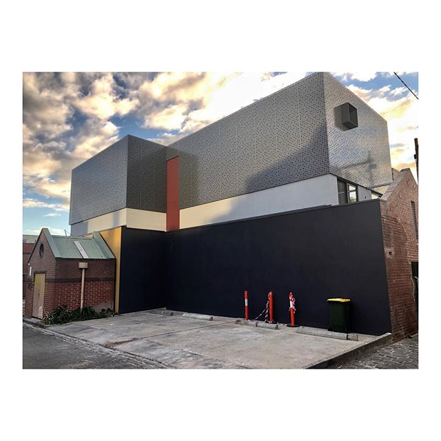 Exterior views at first light ✨🙌🏼 . . . . . . 📐 @mosarchitects @deni_bourke  #exteriorarchitecture #australianarchitecture #warehouseapartment #apartment #apartmentliving #lazconbuiltmarion #builder #melbournebuilder #construction #construct #contemporaryarchitecture #innercity #fitzroylaneways #melbournerealestate #studio #studioapartments