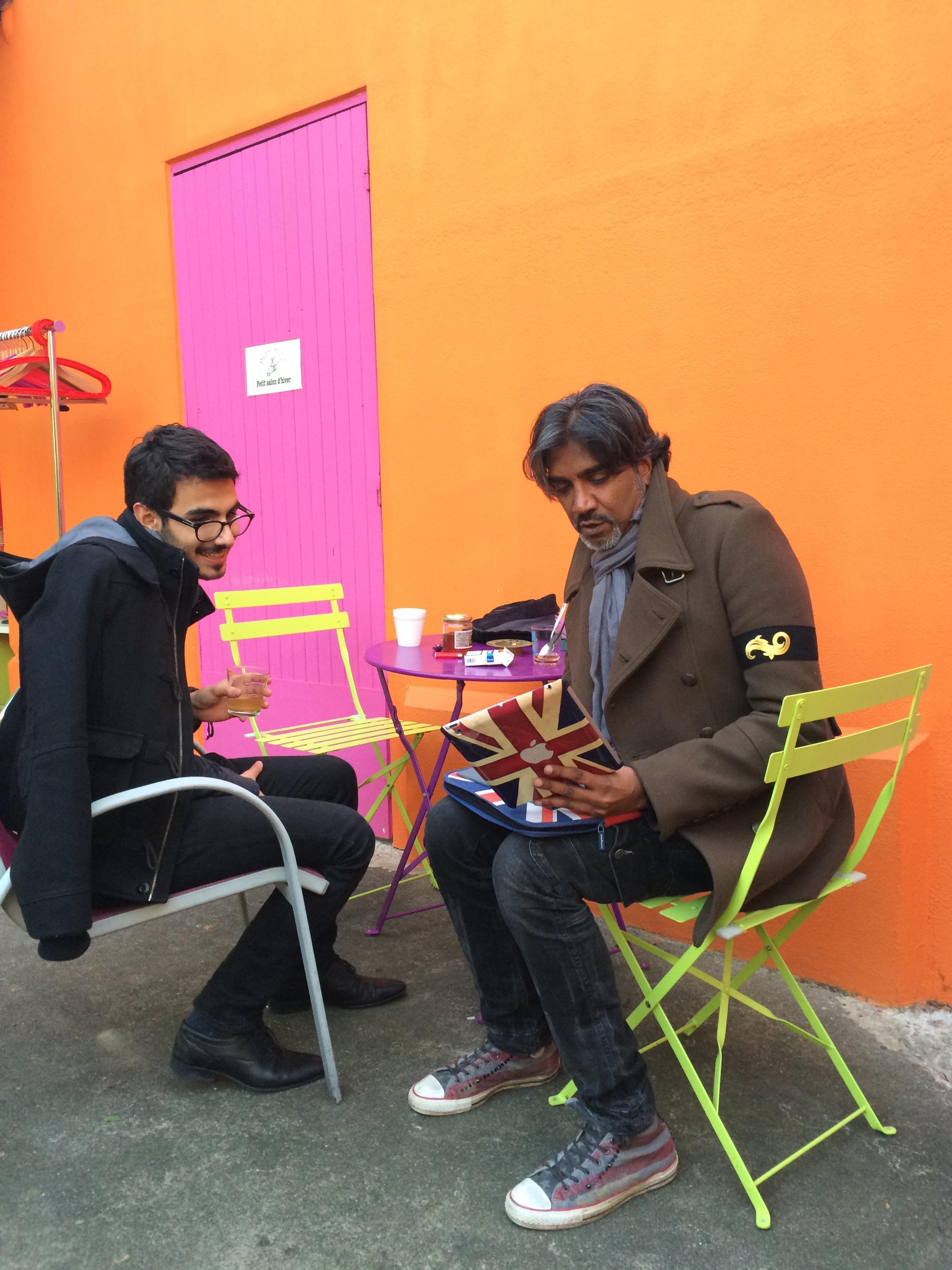 Aleks et Vinou peaufinent le choix des chansons, dans la cour indienne du Padma