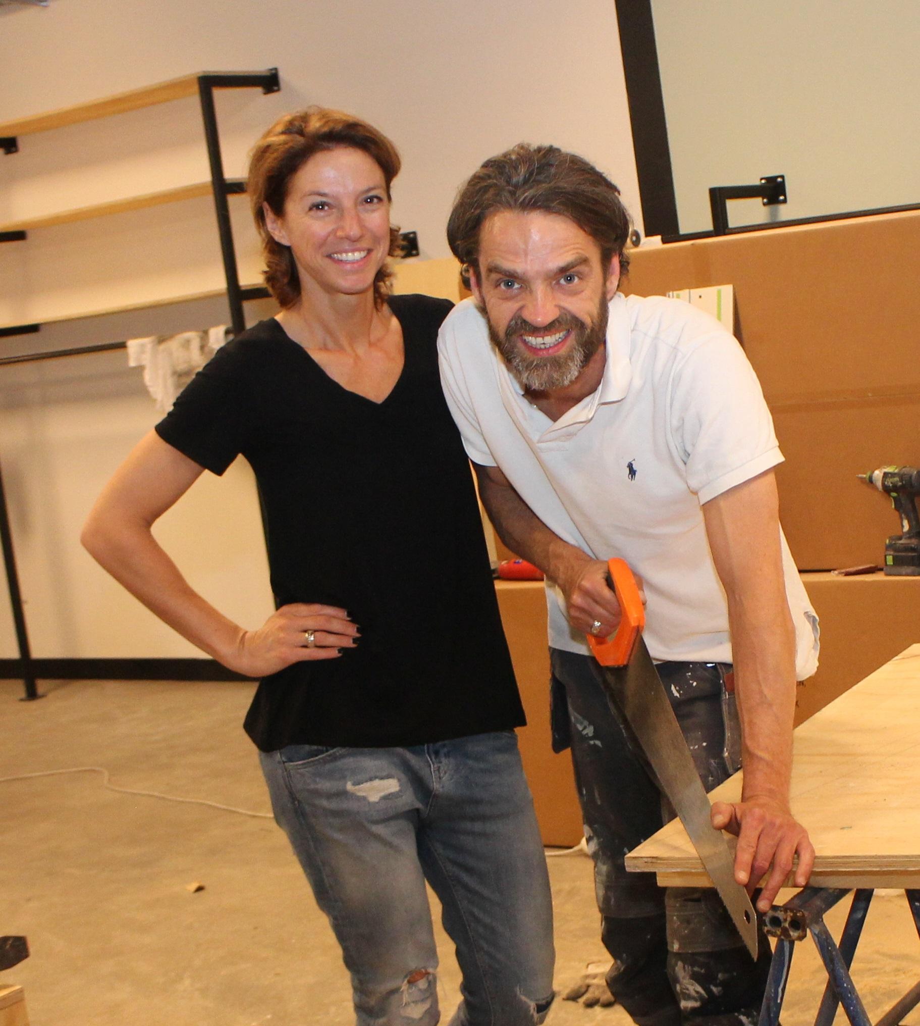 Lou van den Broek (rechts) en Jessica Reemer, toen ze nog volop bezig waren met de inrichting van hun winkel Jess & Lou.