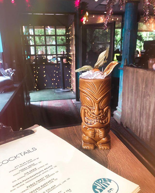 Nu är vår drinkmeny fylld med somriga cocktails! På bilden ser ni våran Pisco Colada med kokosgrädde, ananasjuice, lime och pisco - HUR gott som helst. 😋🍹 #babajan #babajanbar