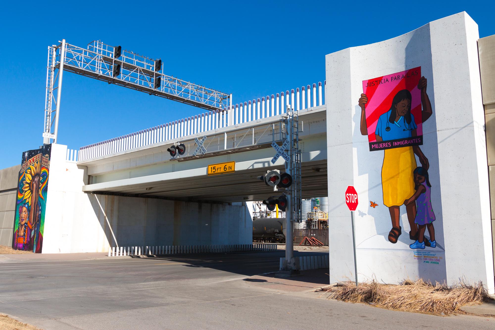 Photo credit:  Horizointes   On left— mural by  Kamela Eton