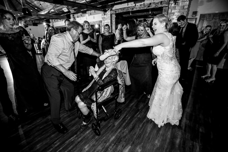 ruthie-hauge-photography-fishermens-inn-elburn-madison-wi-wedding-photographer-dancing.jpg