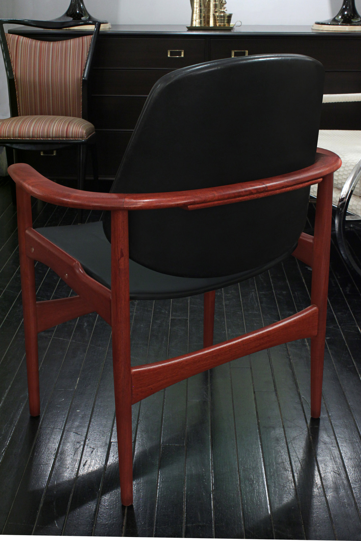 Hovmand 45 Olsen teak+blk vinyl armchairs26 detail1 hires.jpg