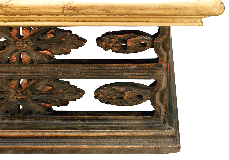 Mont mnnr carved base+gilddtop coffeetable403 cnr dtl.jpg