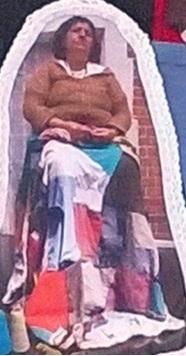 Blanca Nieves con su colcha de retazos en proceso.    Fragmento de la colcha de retazos.