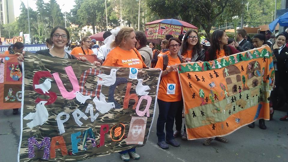 Tejedoras del Costurero Kilómetros de Vida y de Memoria en la marcha para las víctimas del 12 de octubre. Foto tomada de su Facebook.