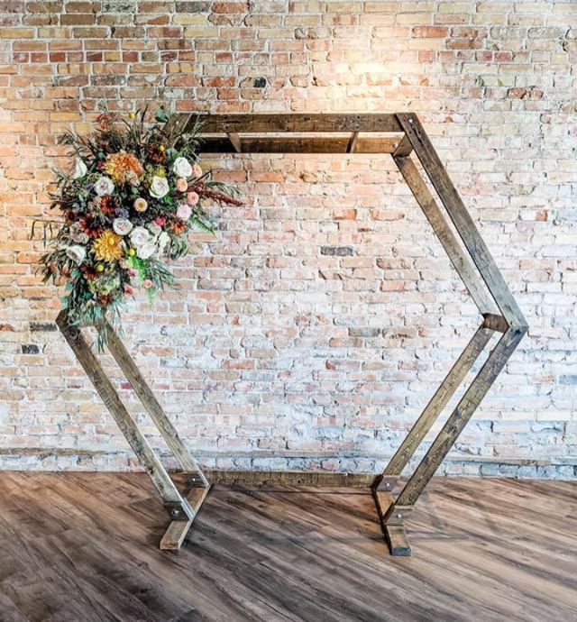 Joni from @plushfloral does it again! Her arches and florals look amazing in the space! ⠀⠀⠀⠀⠀⠀⠀⠀⠀ .⠀⠀⠀⠀⠀⠀⠀⠀⠀ .⠀⠀⠀⠀⠀⠀⠀⠀⠀ .⠀⠀⠀⠀⠀⠀⠀⠀⠀ #thevenuerigby #thevenuestudios #wedding #idahowedding #weddingday #weddingdecor #weddingflorals #rigbyweddingvenue #idahoweddingvenue #rigbyeventcenter #idahoeventcenter