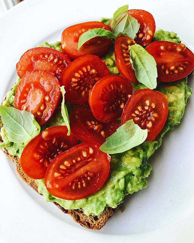 No frills toast. It's too easy this time of year 👉🏼 tomatoes sweet like candy, torn basil, and (as usual) my imported avocados. Sparks joy. ✨
