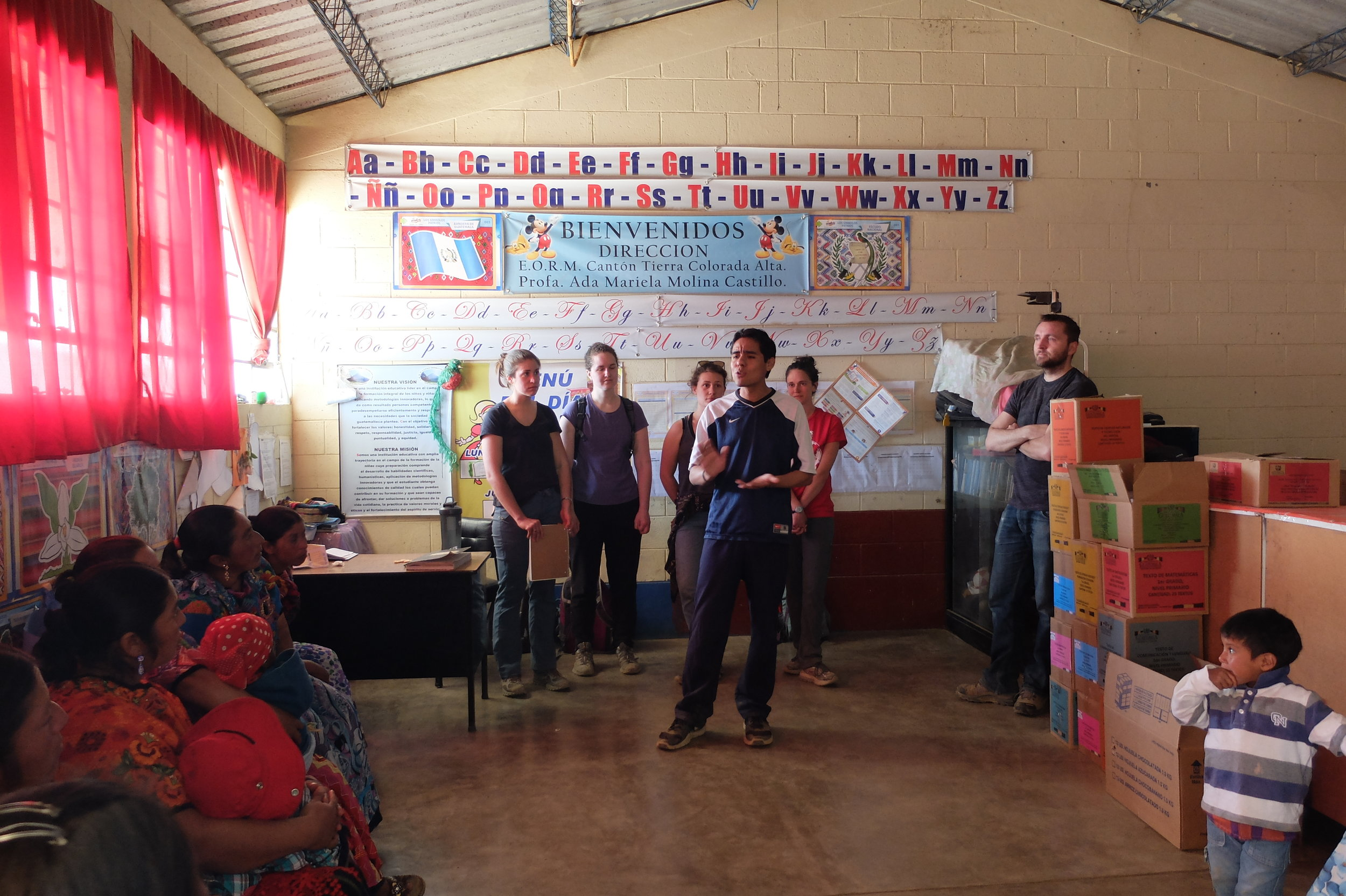 Fabio talking to mothers and children at a school in Tierra Colorada Alta about the medical and dental services offered at the Primeros Pasos clinic.