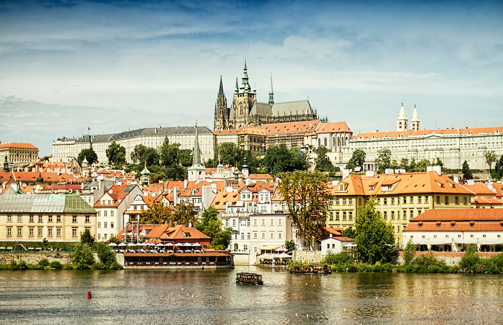ChallengePrague - Swimming in a river with a view on Prague castle, transition area on a bridge in the city center,and running in the historical streets of the capital. That's FORD CHALLENGEPRAGUE! Uniquerace in the city center of one of the most beautiful cities in the world.