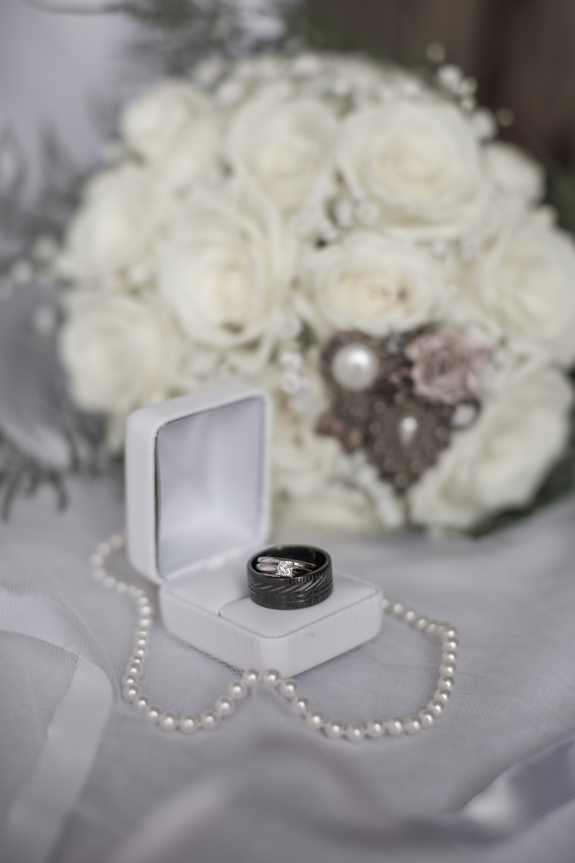 wedding-rings-with-bouquet-and-necklace