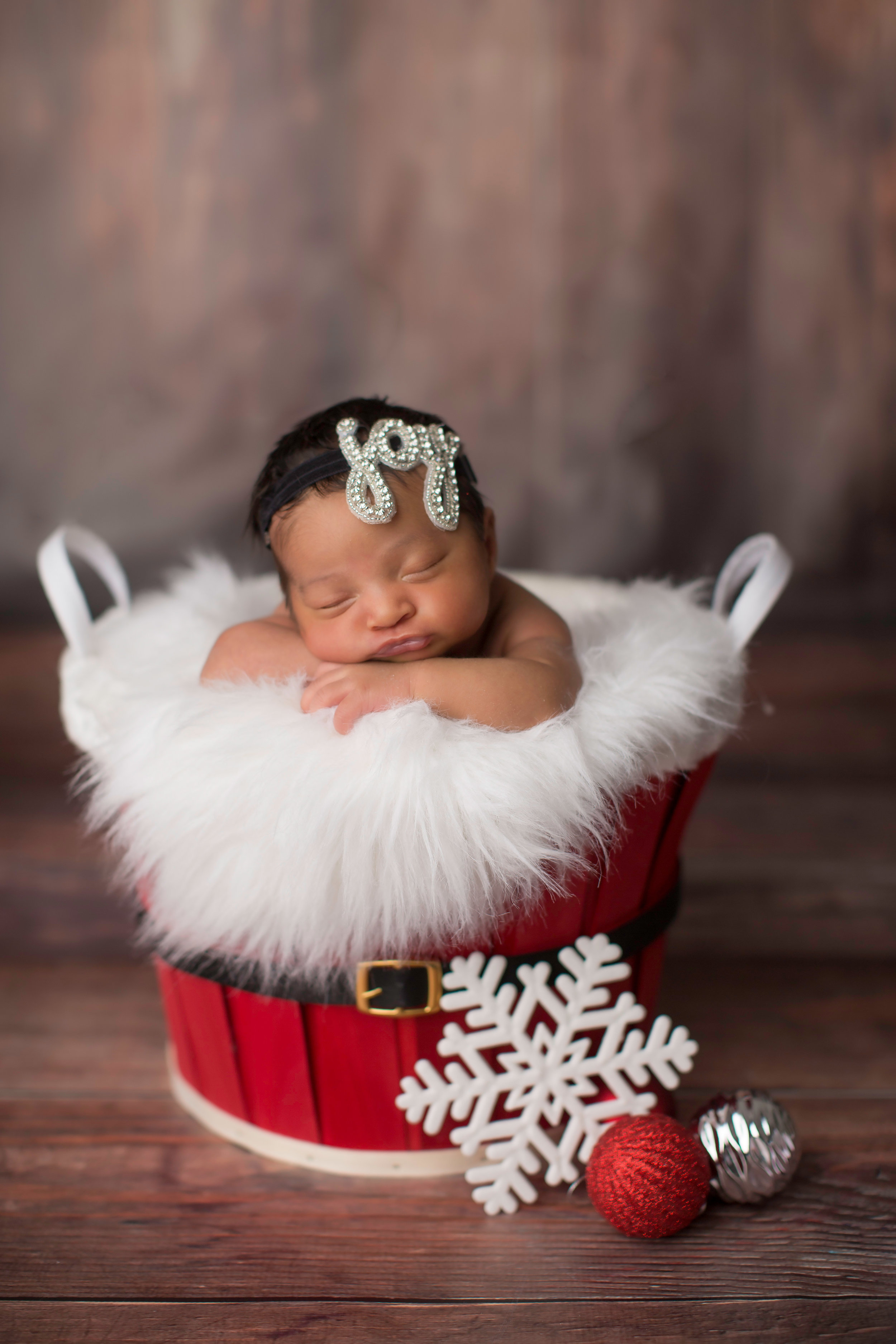 Baby in a Christmas bucket for baby portraits in grand blanc michigan