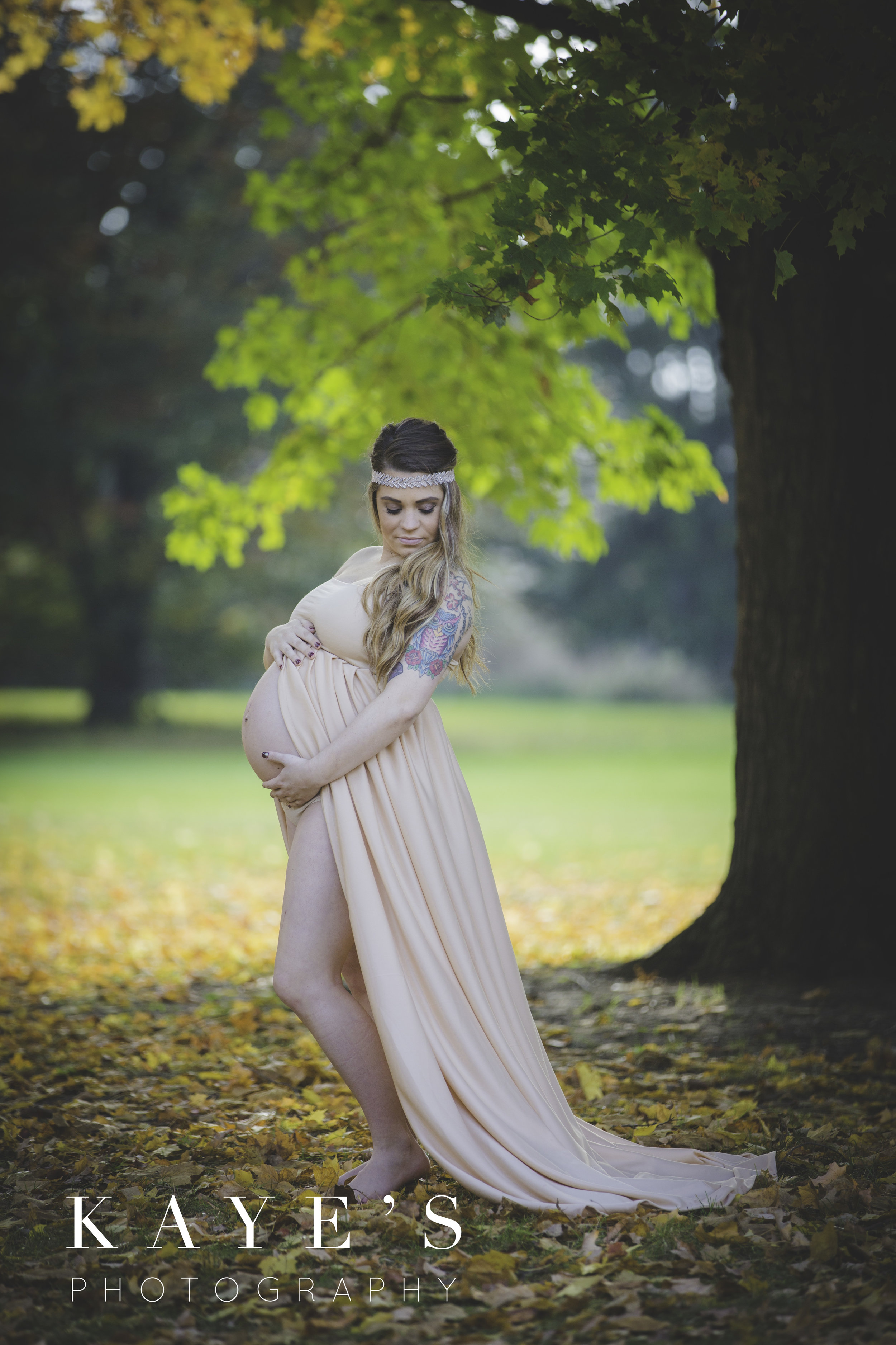 Pregnant woman posing for maternity photos in the fall in grand blanc Michigan