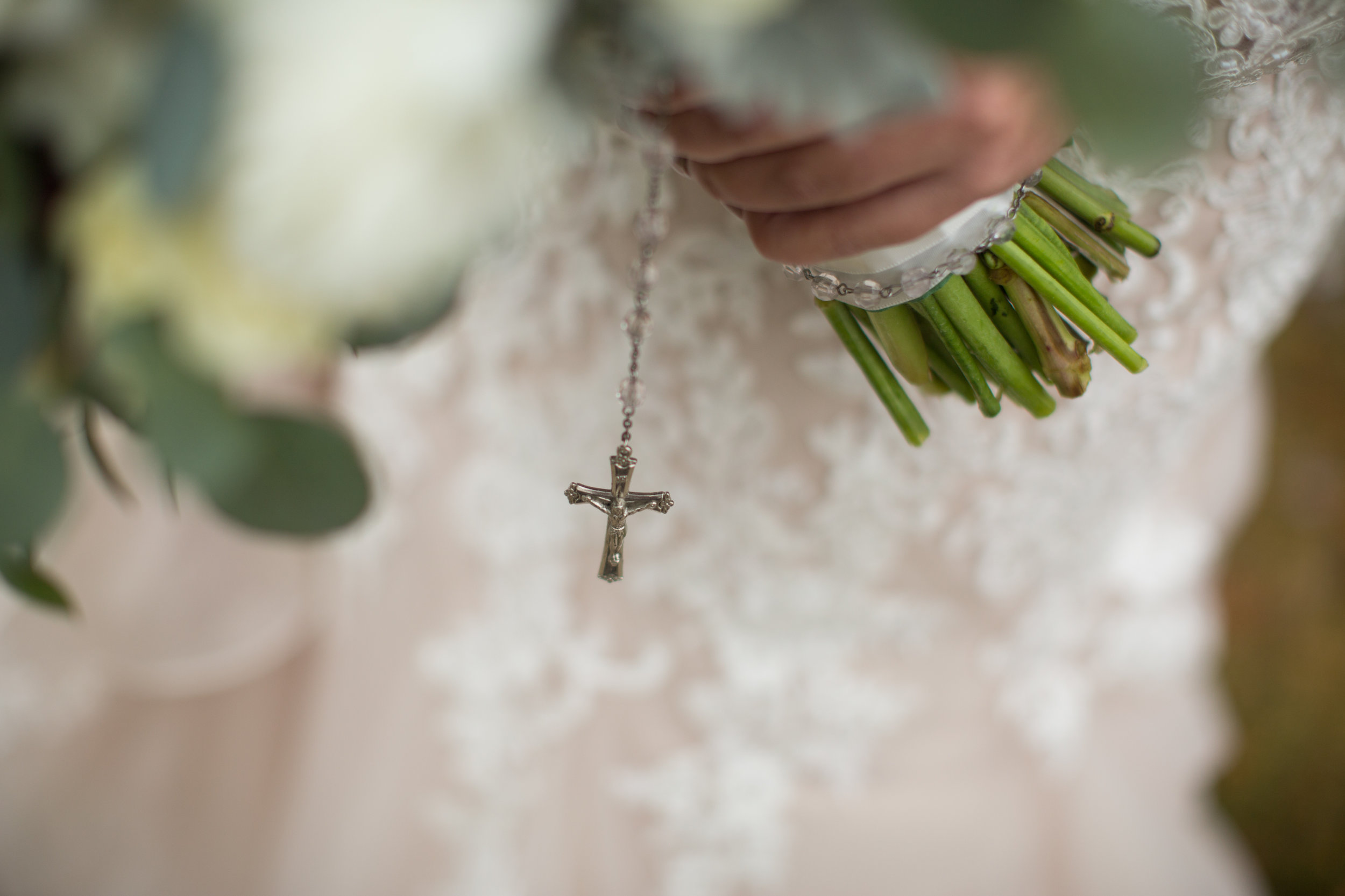 bride rosary attached to the bouquet in Detroit, Michigan