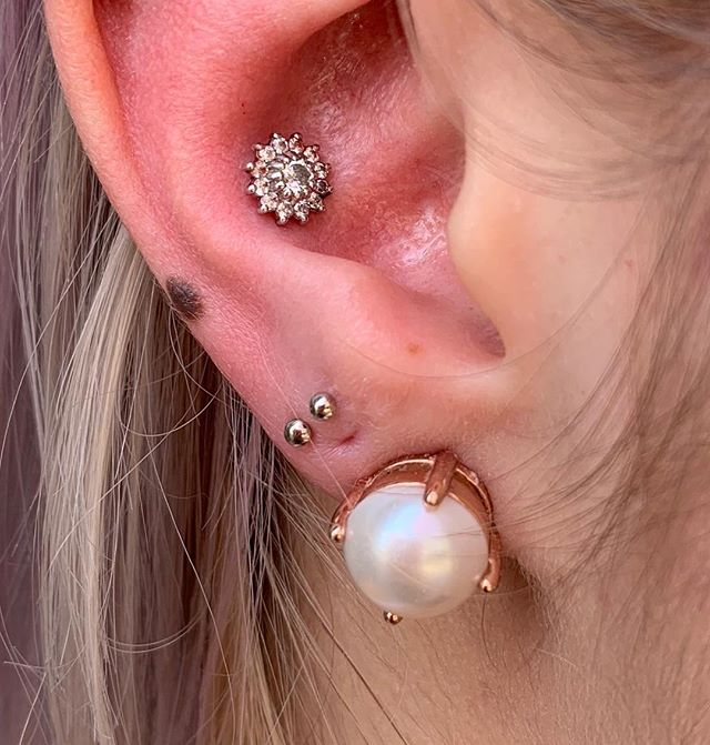 ♥️ Fresh conch with beautiful Rose gold, and a fresh set of lobe piercings in white gold. Go ahead, mix those metals 😊♥️ . . @bodygems #bodygems #piercing #earpiercing #conch #conchpiercing #cartilagepiercing #piercingsofinstagram #bodypiercing #piercings #piercingideas #girlswithpiercings #safejewelry #14k #rosegold #whitegold #yellowgold #solidgold #legitbodyjewelry #legitjewelry #implantgrade #bodyjewelry #envybodypiercing #hermosabeach #longbeach #corinneenvy