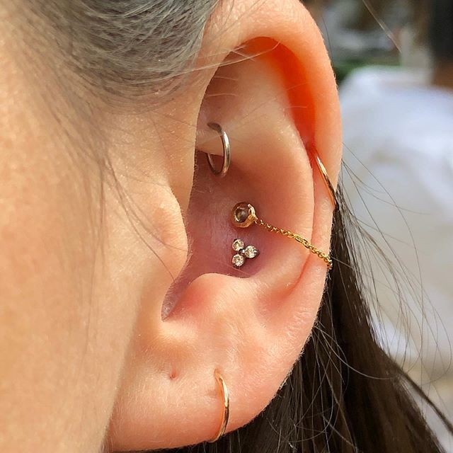 Mixed metals for my boo @devinppascal  Peep that @pupil.hall chain tho 😍 Be back in town on Wednesday! #piercingsbydee #envybodypiercing #rookpiercing #conchpiercing #14k