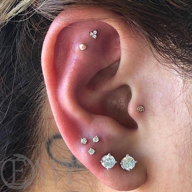 This has got to be one of my favorite ears #piercingsbydee #envybodypiercing #triplelobe #traguspiercing #flatpiercing #curatedear #cutepiercings #14k #gold