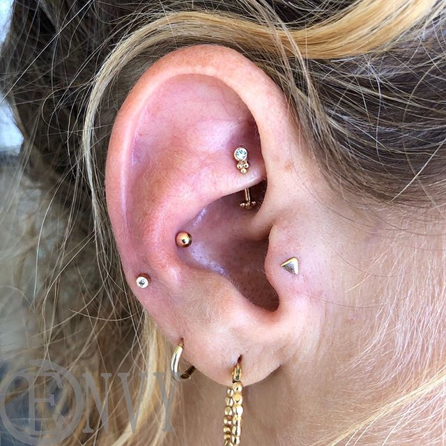 That's one snazzy lookin' ear, if I say so myself #piercingsbydee #envybodypiercing #rookpiercing #traguspiercing #conchpiercing #earpiercings #cutepiercing #goldjewelry #14k #bvla