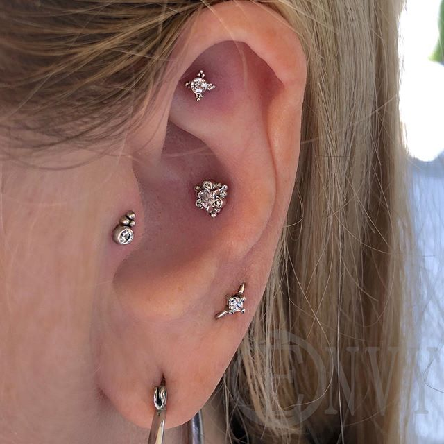What a gorgeous collection on a gorgeous person!  @mkmbutterfly I can't thank you enough for being you, your visits make my day every time. . . #piercingsbydee #earpiercing #curatedear #curatedpiercing #goldjewelry #fauxrook #conchpiercing #orbitalpiercing #traguspiercing #14k #envybodypiercing