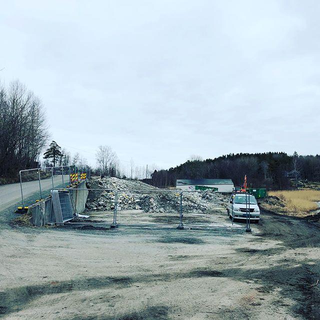 Våren er i anmarsj, hva er vel bedre enn en hytte ved sjøen på sommeren? Tomten nærmer seg byggeklar! Gå inn på viksfjordbrygge.no og finn din drømmehytte🍾 #viksfjord #sandefjord #larvik #hytter #projectbyblender #entreprenør #sommer