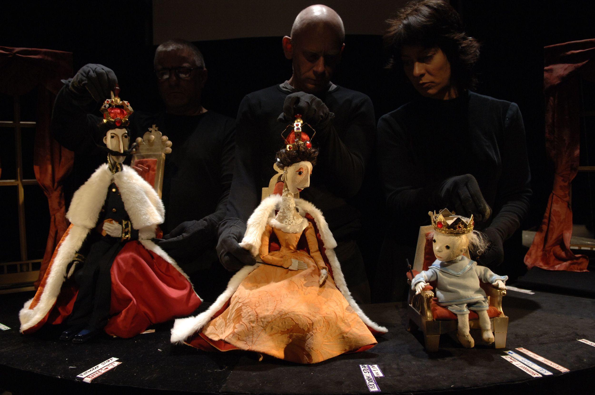 Nina Bendiksen. Bjørn Myrholdt. Ljudmil Nikolov . Why the Royalties doesn´t wear a crown. Story: Princess Märtha Louise. Directing, Scenography & Puppets: Lisbeth Narud