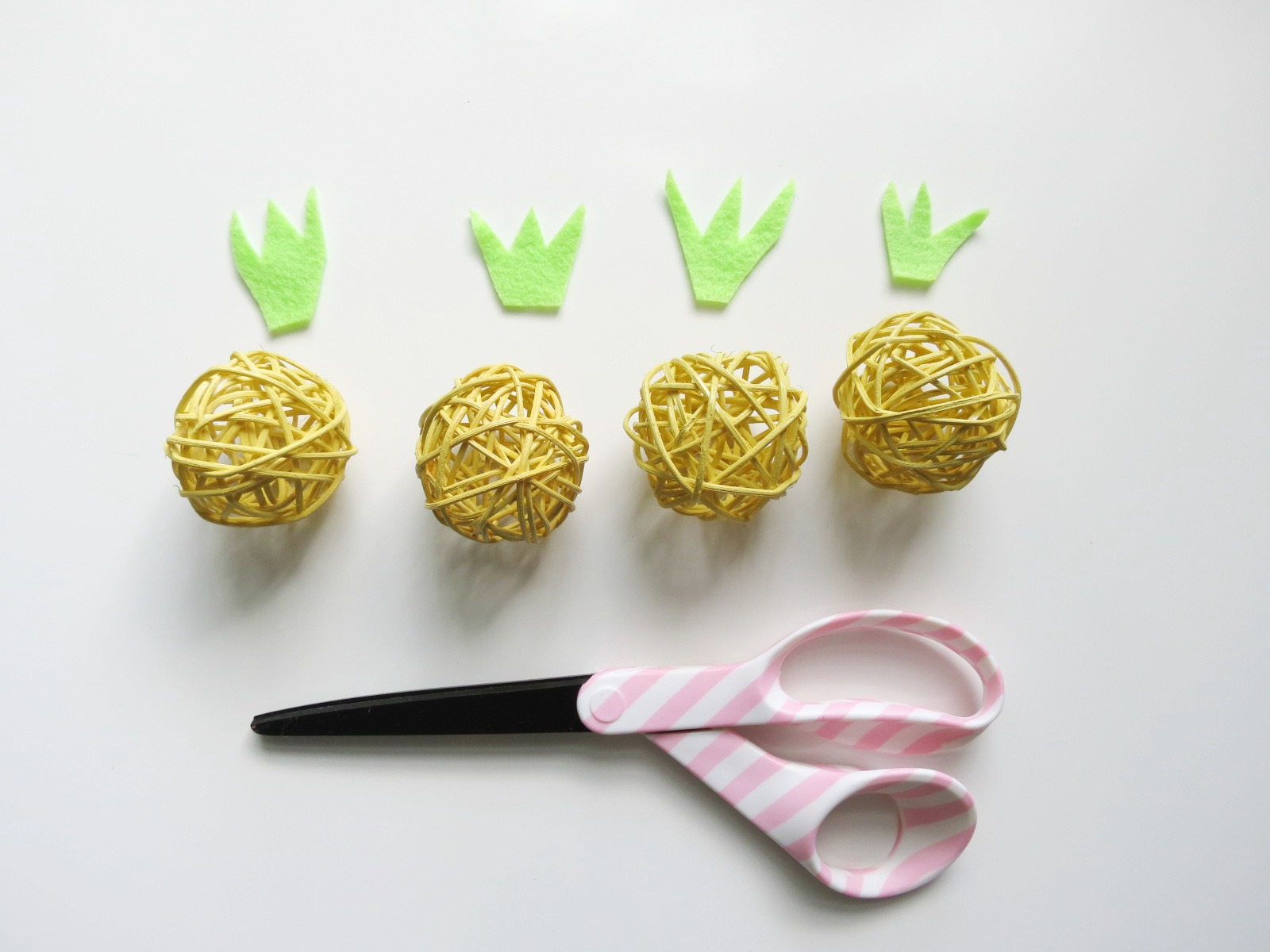 Try this super cute and super easy tutorial for a pineapple garland made from those kooky straw balls you see everywhere. The best part? This is a super easy and super affordable project that anyone can do! Click for the full how-to.
