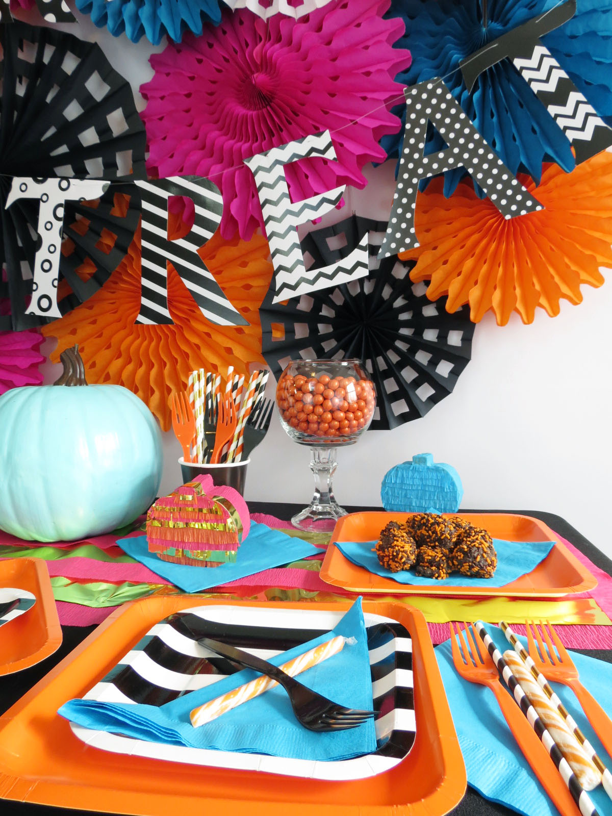 Halloween is coming, and I'm just so excited! I decided to give the traditional Halloween party a face-lift with a fresh color palette. It's fun, glam and has just the right amount of spooky. Click to find out all the details!