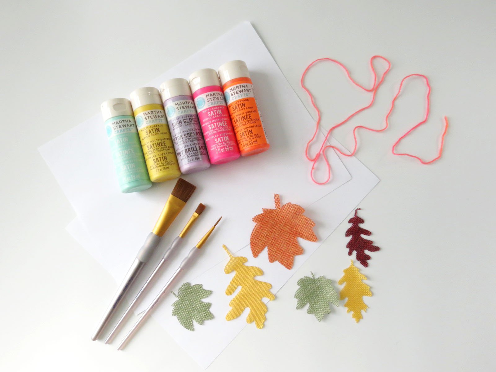 Even though these colorful leaves can't be found on any natural tree (but can you imagine?!) I think they will add the perfect hint of color to your fall decor or Friendsgiving dinner. This garland is so easy to make that it's not even funny! Click for the tutorial!