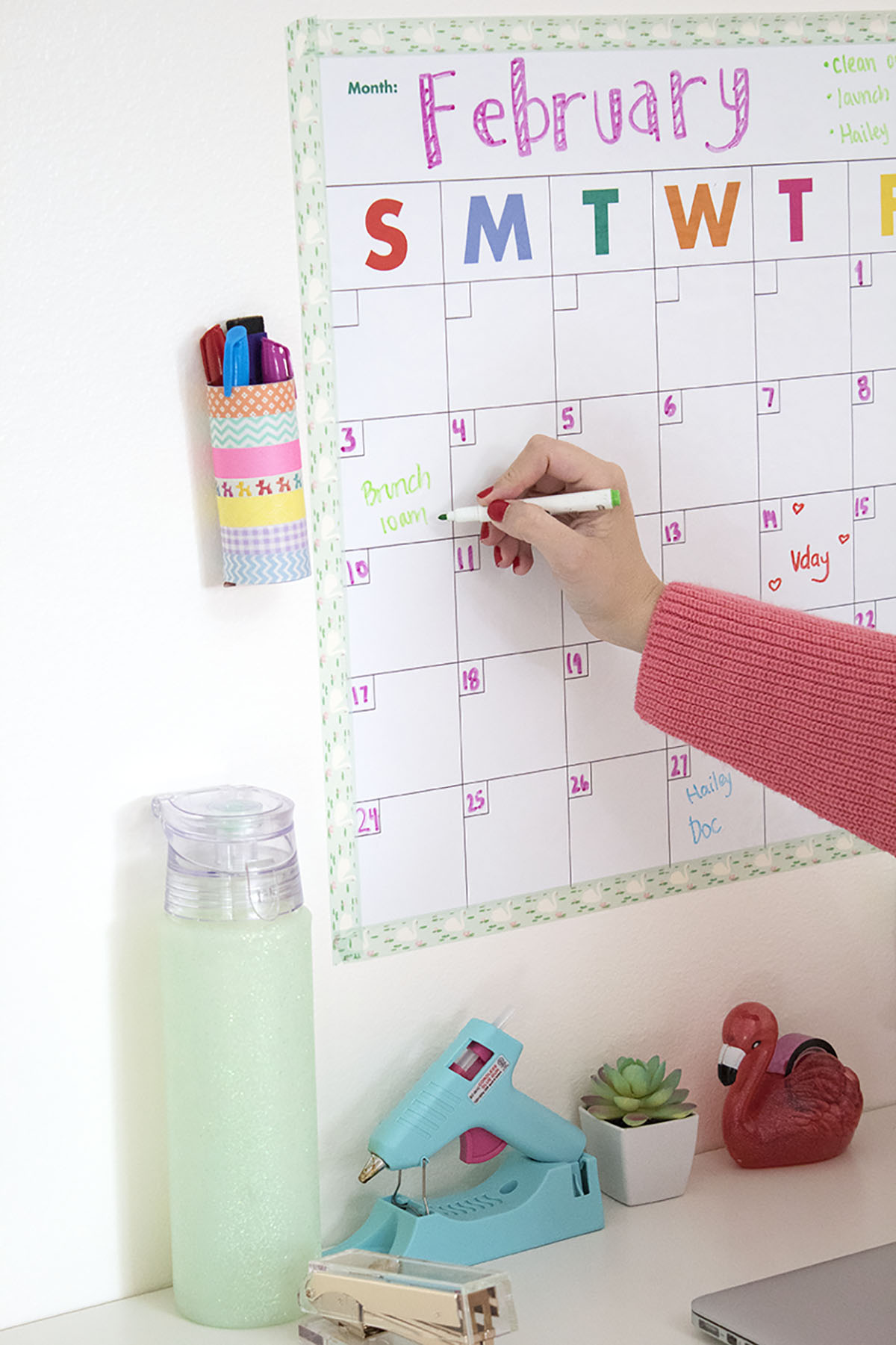 If your new year's resolution is to get organized, I've got something special for you! This DIY paper tube pen cup goes perfectly wth a dry erase calendar to get you on the right foot! It's perfect for repurposing a toilet paper roll, and it's an easy DIY you can do with washi tape! Click for the full DIY #toiletpapertubecrafts #washitape #organization #dryerasecalendar