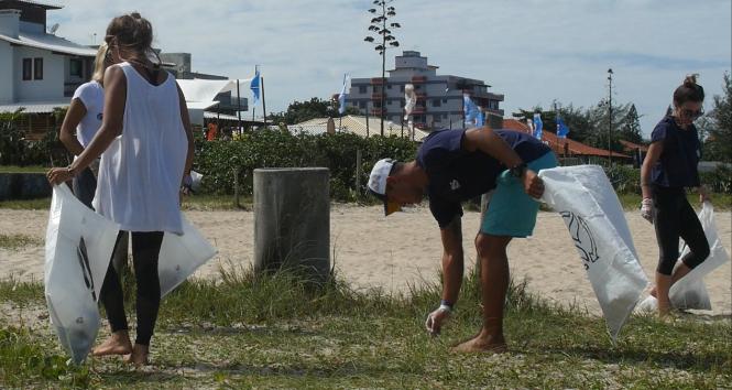 atletas-profissionais-e-patricia-almeida-limpeza-de-praia-guardias-do-mar