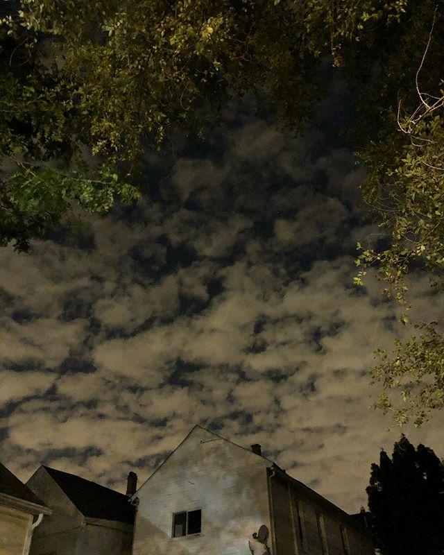 Strange clouds, Bucktown night. #chicago #bucktown #chitown #sky #clouds #light #night #nightphotography #strangebutbeautiful #nofilter