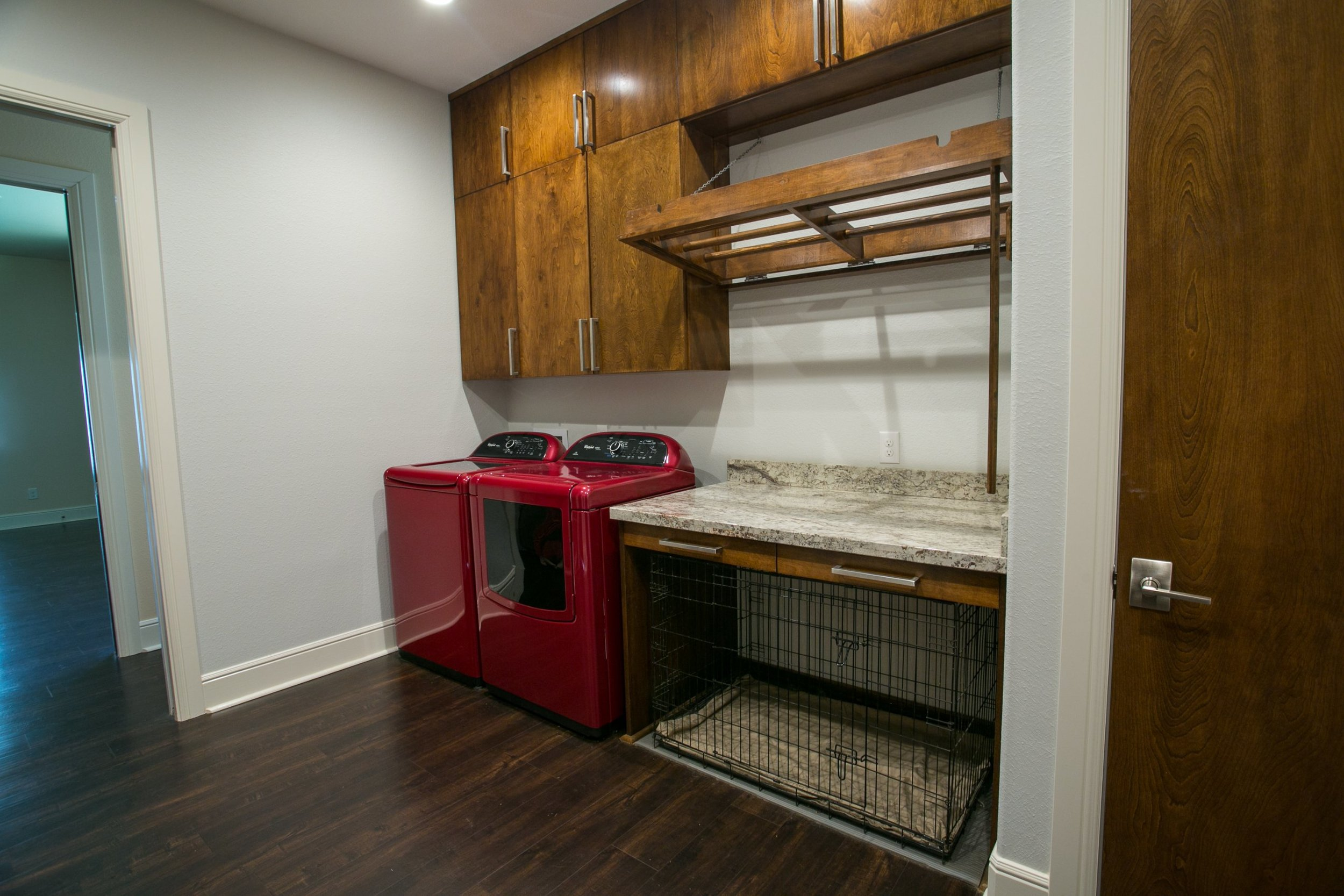 Laundry room with space for dog crate - ambiance interior design