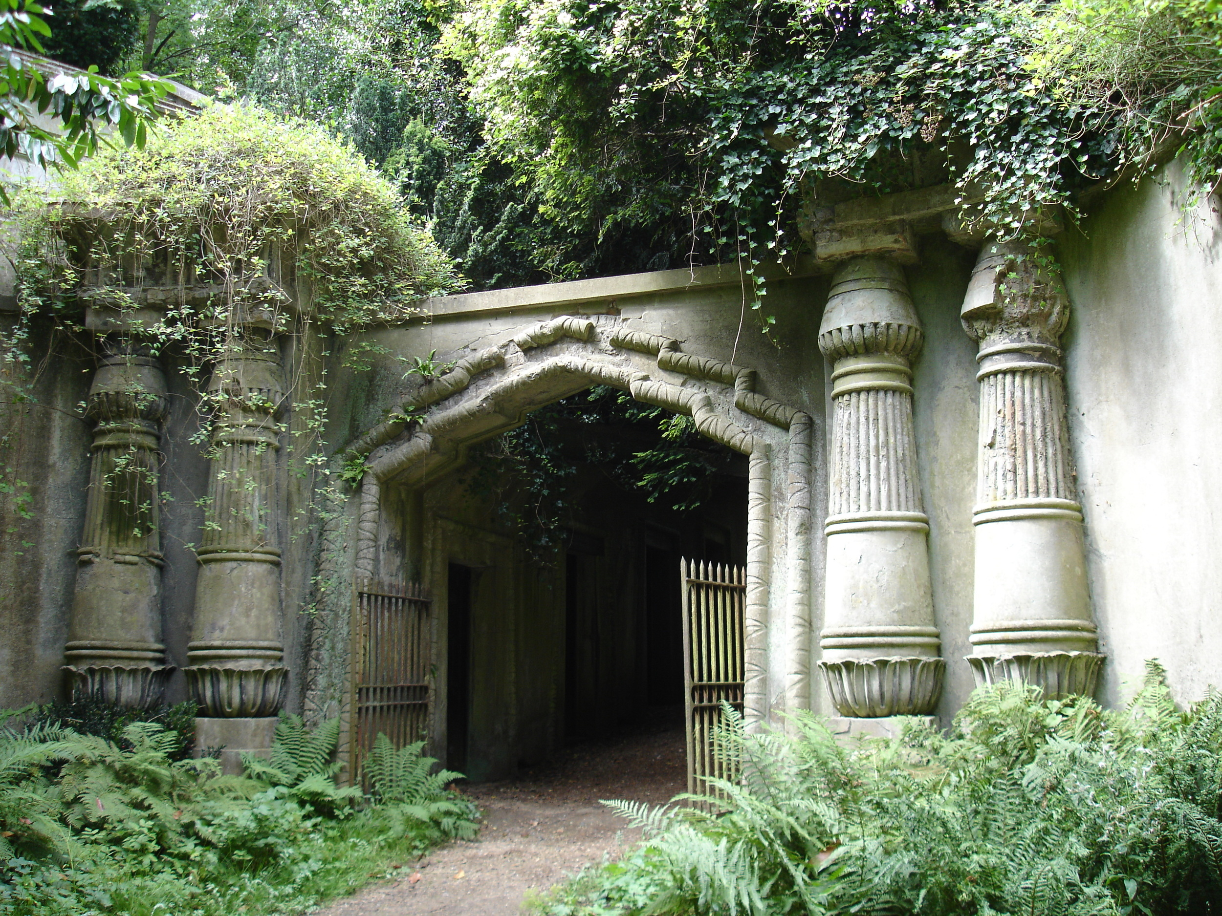 EgyptianAvenue_HighgateCemetary.JPG