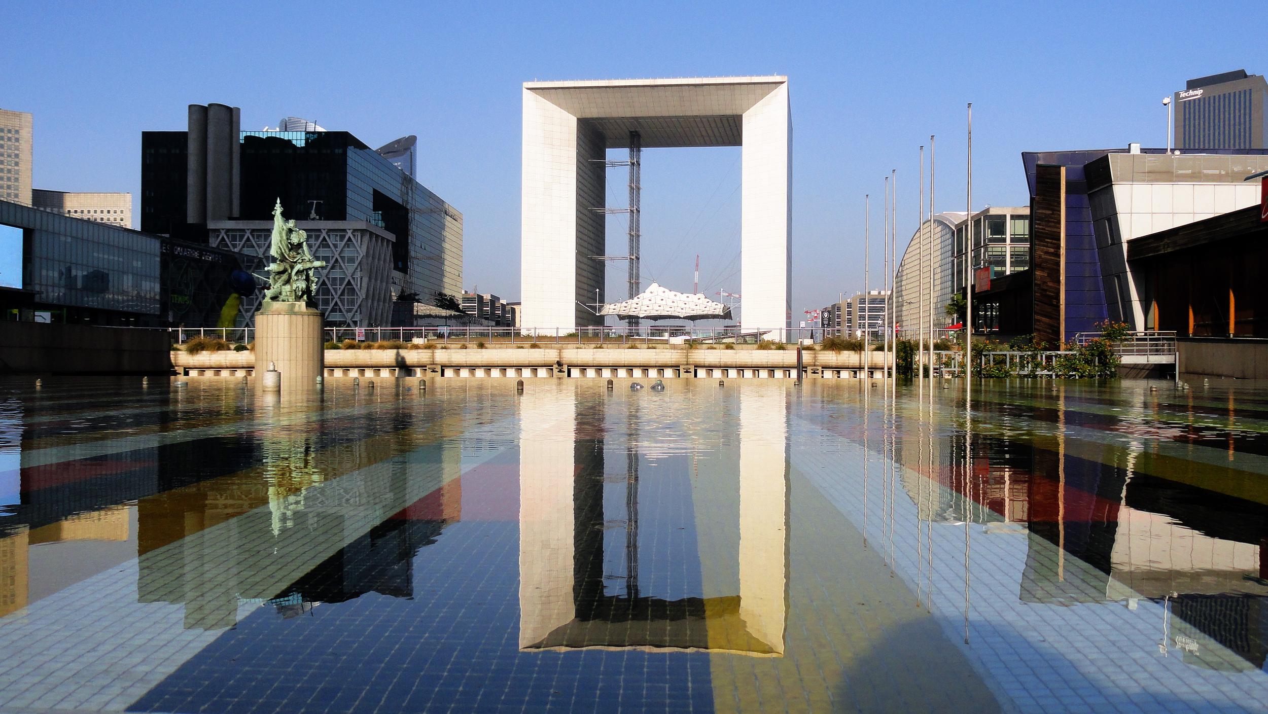 La_Grande_Arche_de_la_Défense_and_the_Yaacov_Agam_Fountain_(1977).jpg
