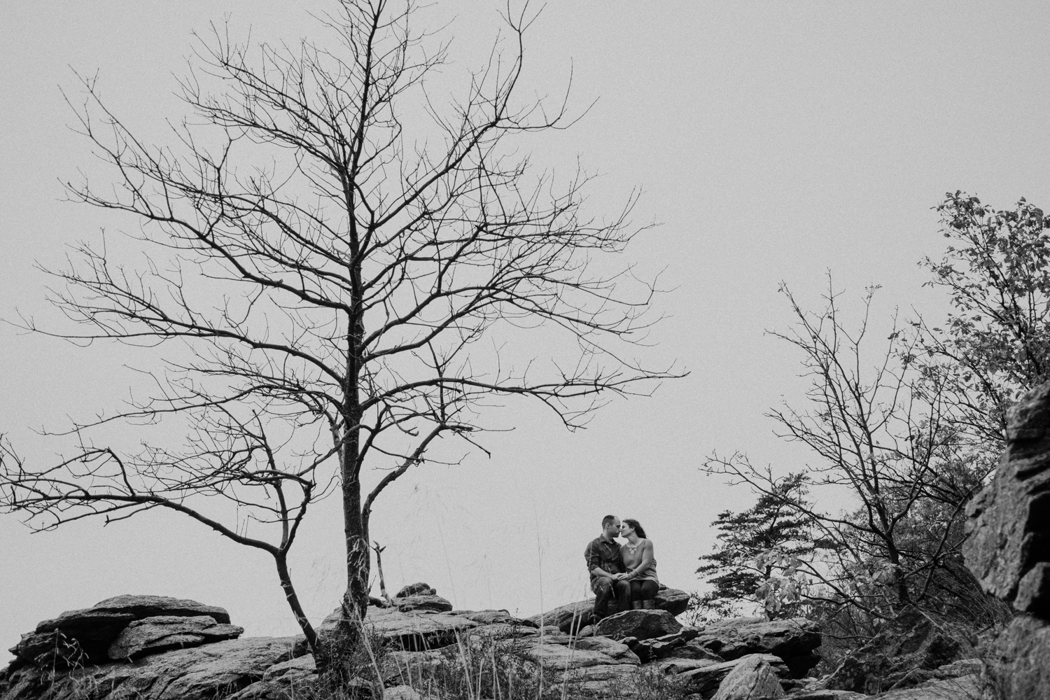 black and white engagement couple on the top of harpers ferry cliffs
