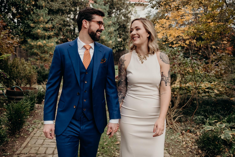 couple walking through the gardens at tudor place