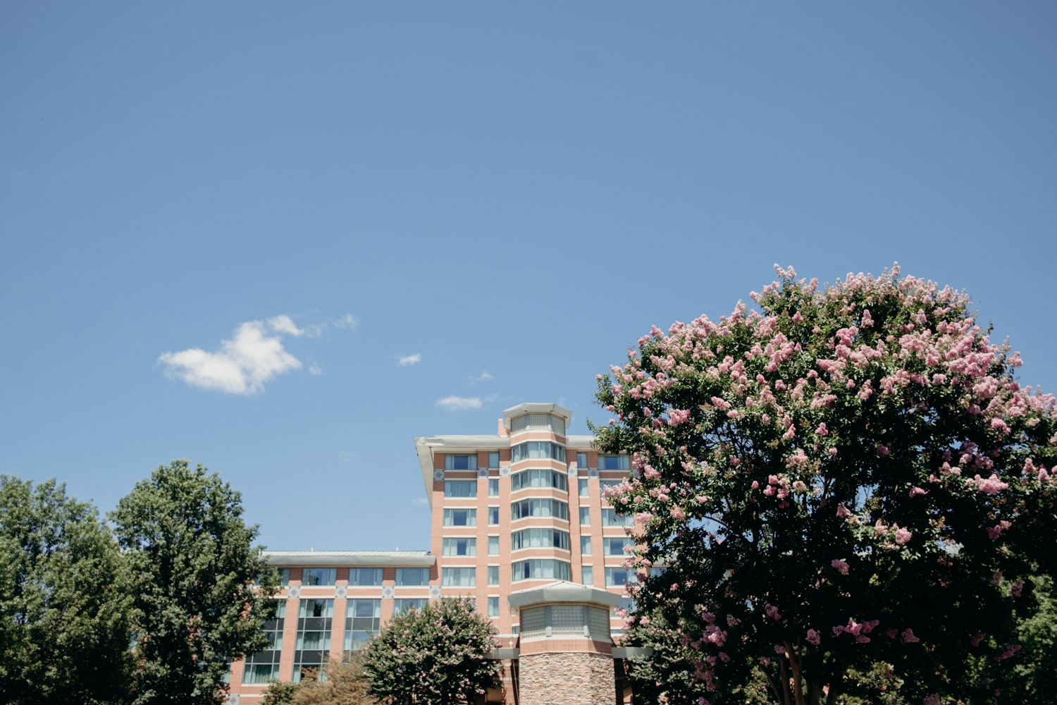 A view of the front of Lansdowne Resort on a sunny summer day.