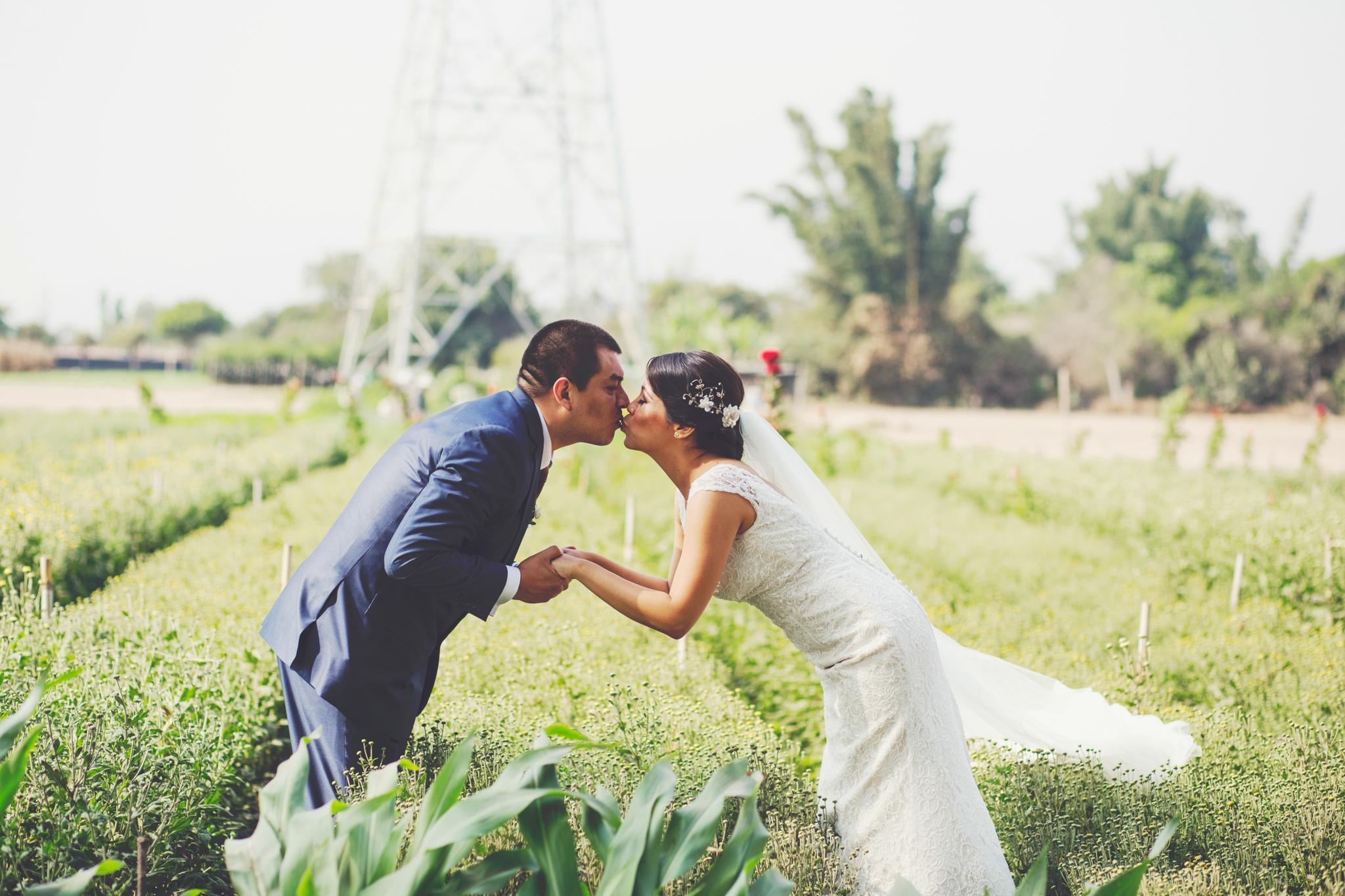 Emotiva y conmovedora, así fue la boda de Melissa y Eduardo a quienes el amor se les desborda en abundancia. Se percibe de cerca y de lejos también. Siempre es un gusto fotografiar a novios como ustedes. Esperamos que su nueva vida, ahora como esposos, esté tan llena de amor,alegría y muchas emociones como lo fue su día. ¡Felicidades!