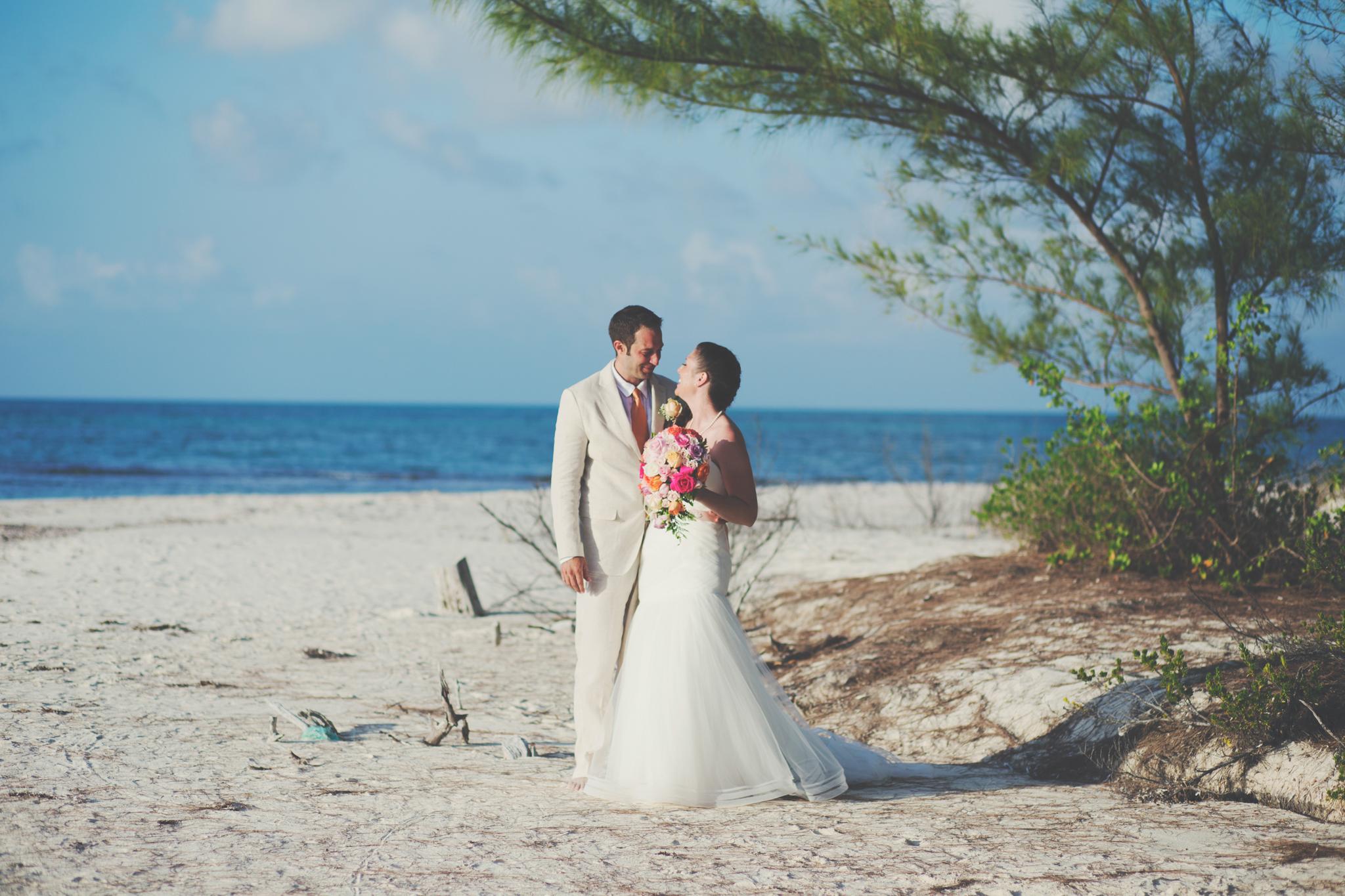 ¿Imaginas una boda en una isla privada del Caribe?En mayo tuvimos la suerte de presenciar una.Qué afortunados nosotros que además de ser testigos de este matrimonio,fuimos los responsables de documentarlo. Al norte de Cozumel, el caribe mexicano fue nuestro escenario durante una semana. Vimos el color de mar más turquesa que nuestros ojos podrían haber imaginado. Tocamos la arena más suave y vimos los cielos más increíbles, dignos de fotos, dignos de video. Así, como en las revistas y en las películas, el paraíso existe. La isla se llama Isla Pasión, su nombre,que pareciera haber sido puesto por algún publicista con ganas de atraer a amantes de todas partes del mundo, es en realidad su nombre original desde siglos atrás. Qué bonita sorpresa enterarnos que los mayas se trasladaban a sus paradisiacos paisajes para atraer el amor y la fertilidad, consagrando su espacio con rituales y bodas llenas de símbolos y misticismo.Qué bonito poder trasladar todo esta historia al presente y viajar hasta ahíesta vez, para la boda de Lindsey y Matt.A pesar que no pudimos compartir mucho con ellos en los días previos, nos encantó la experiencia de una boda completamente distinta a las que estamos acostumbrados cada sábado en Lima. Siempre es bueno salir de la rutina,¡bienvenidas sean las bodas diferentes! No podemos esperar por hacer más bodas afuera. Por lo pronto,mientras preparamos el video de estos novios,los dejamos con este resumen fotográfico del día de Lindsey y Matt ¡felicidades chicos!   ¡Congratulations Lindsey and Matt we promise to translate to english soon!   ¡Aquí el video! And also take a look to the video!