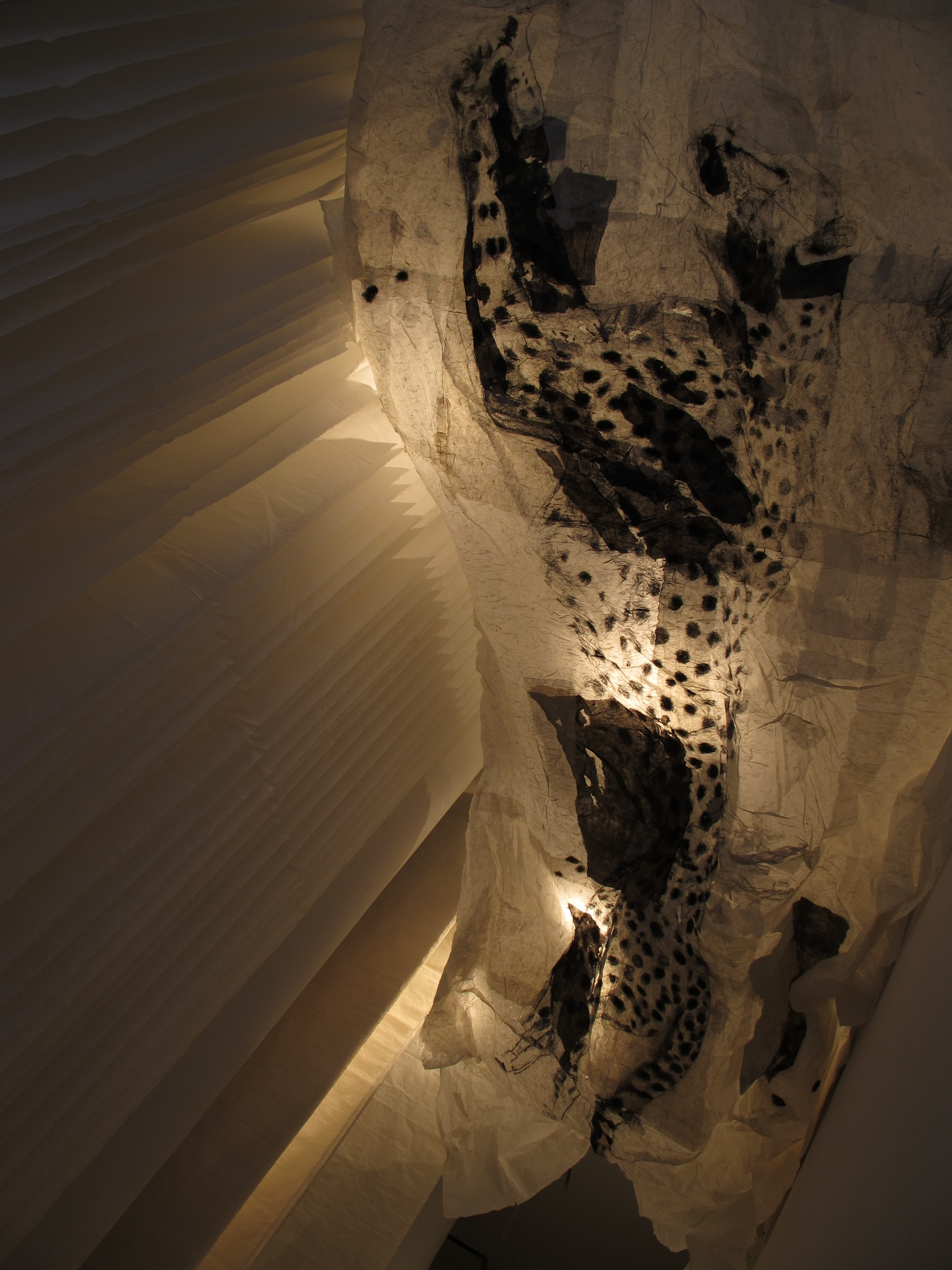 Exhale 呼, 2014 Ink and Xuan paper installation 水墨宣纸装置 207 x 106 x 168 in.