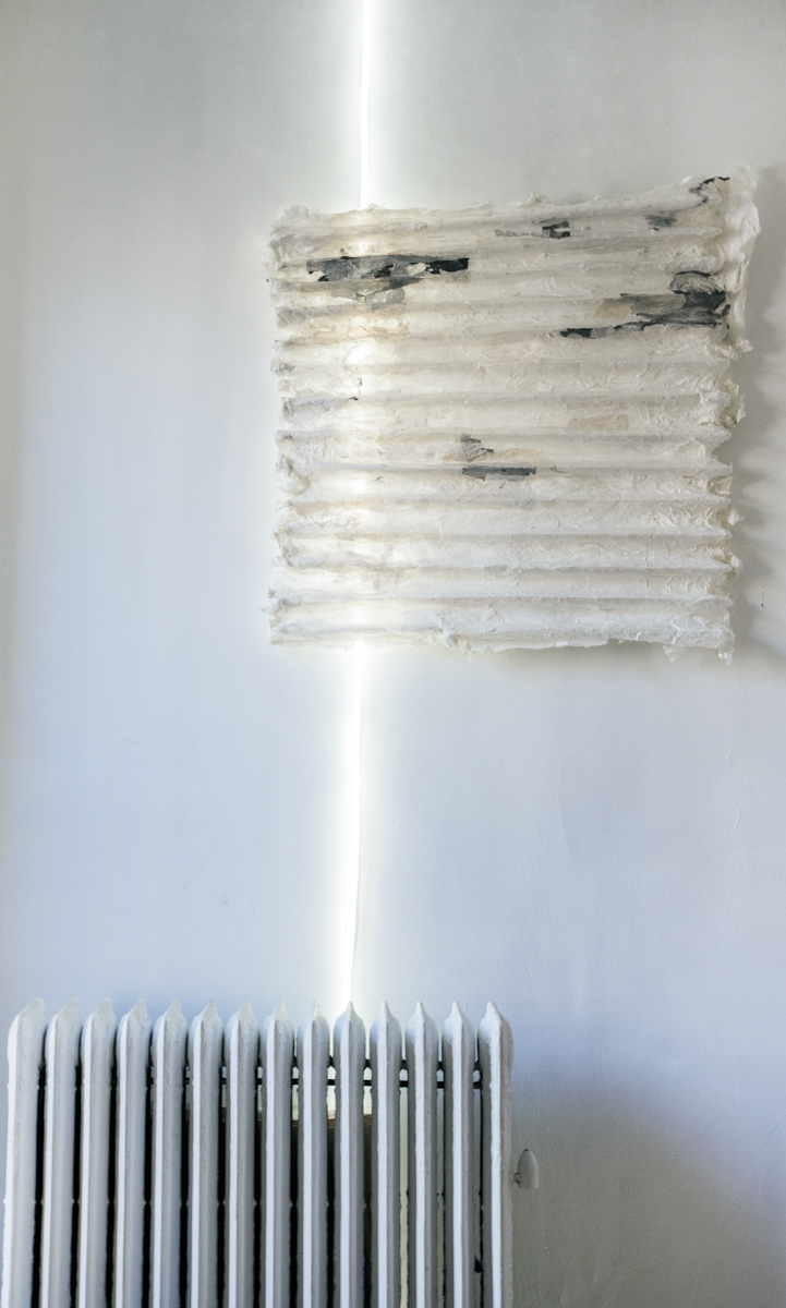 Lin Yan, Temperature Difference , 2017. Ink, Xuan paper and light. 37 x 34 x 2 in. (93 x 87 x 5 cm) Photograph by Peichao Lin ©2017 Lin Yan, Courtesy Fou Gallery 林延,温差,2017. 宣纸、墨和灯,93 x 87 x 5 cm 摄影:林沛超 ©2017 林延,致敬否画廊