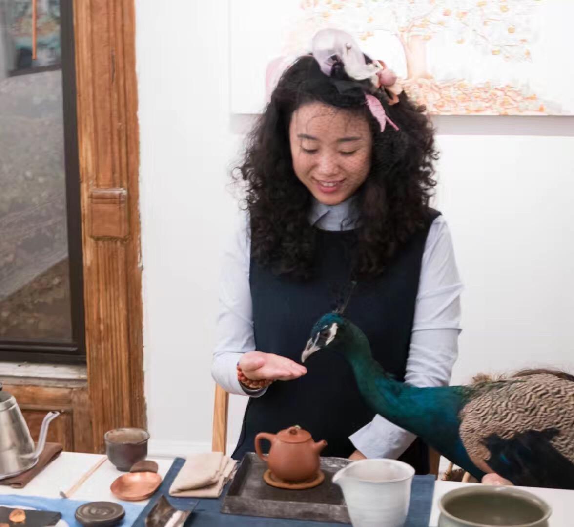 Mai Tian at Fou Gallery in 2017. 2017年11月麦田在否画廊举行茶会,摄影:陈琳