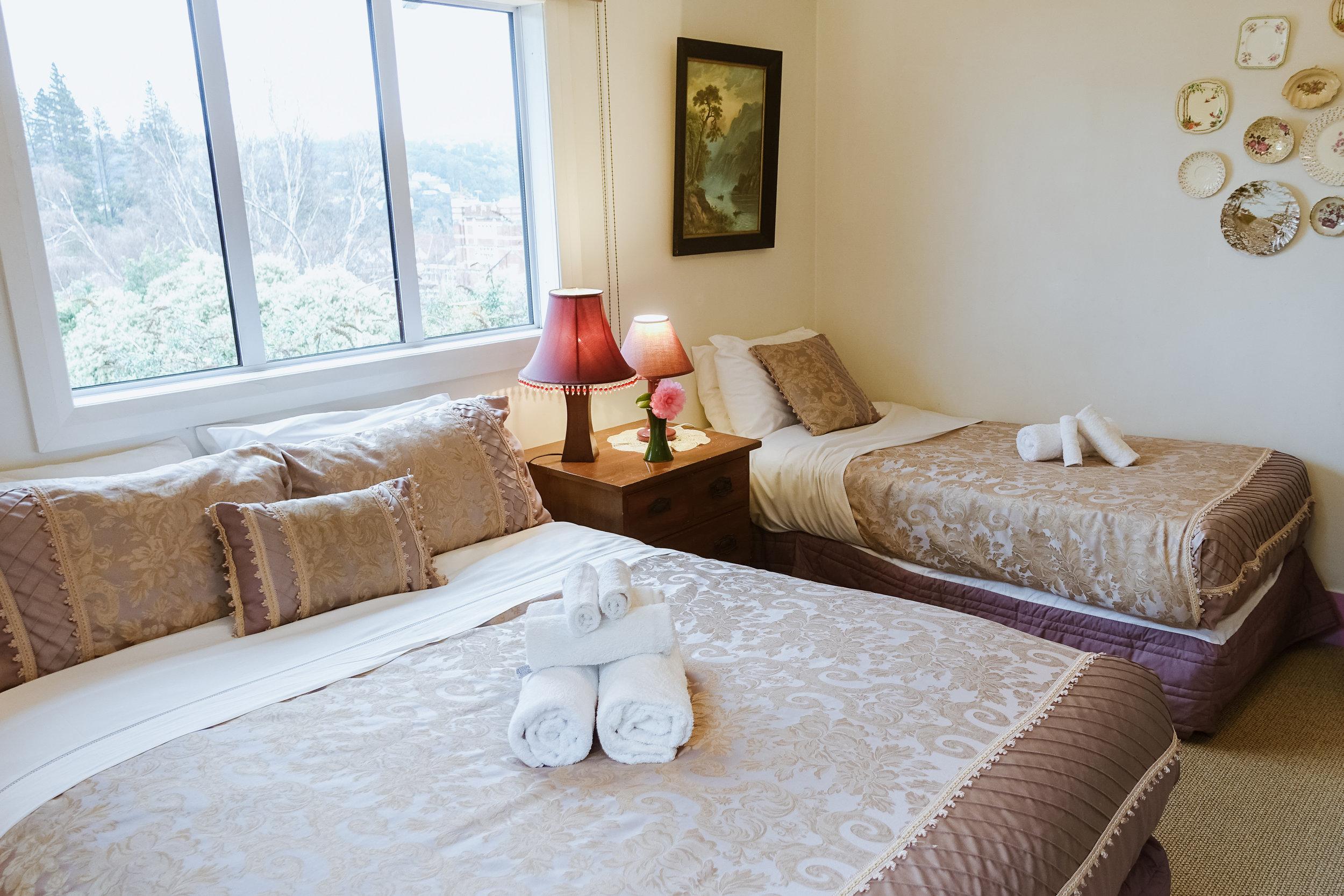 Cozy queen + single bedroom at Arden Street House