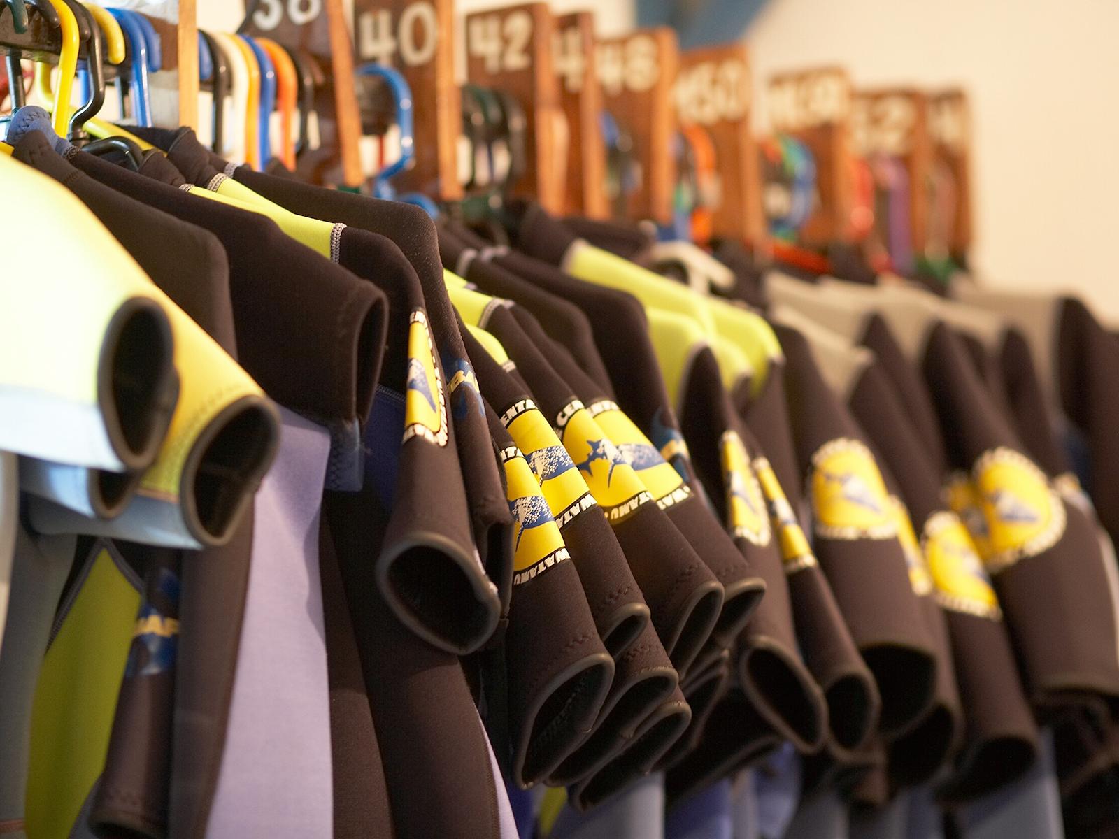 3mm Shortys und 5mm (lang) Tauchanzüge sowie Kinder Grössen sind verfügbar