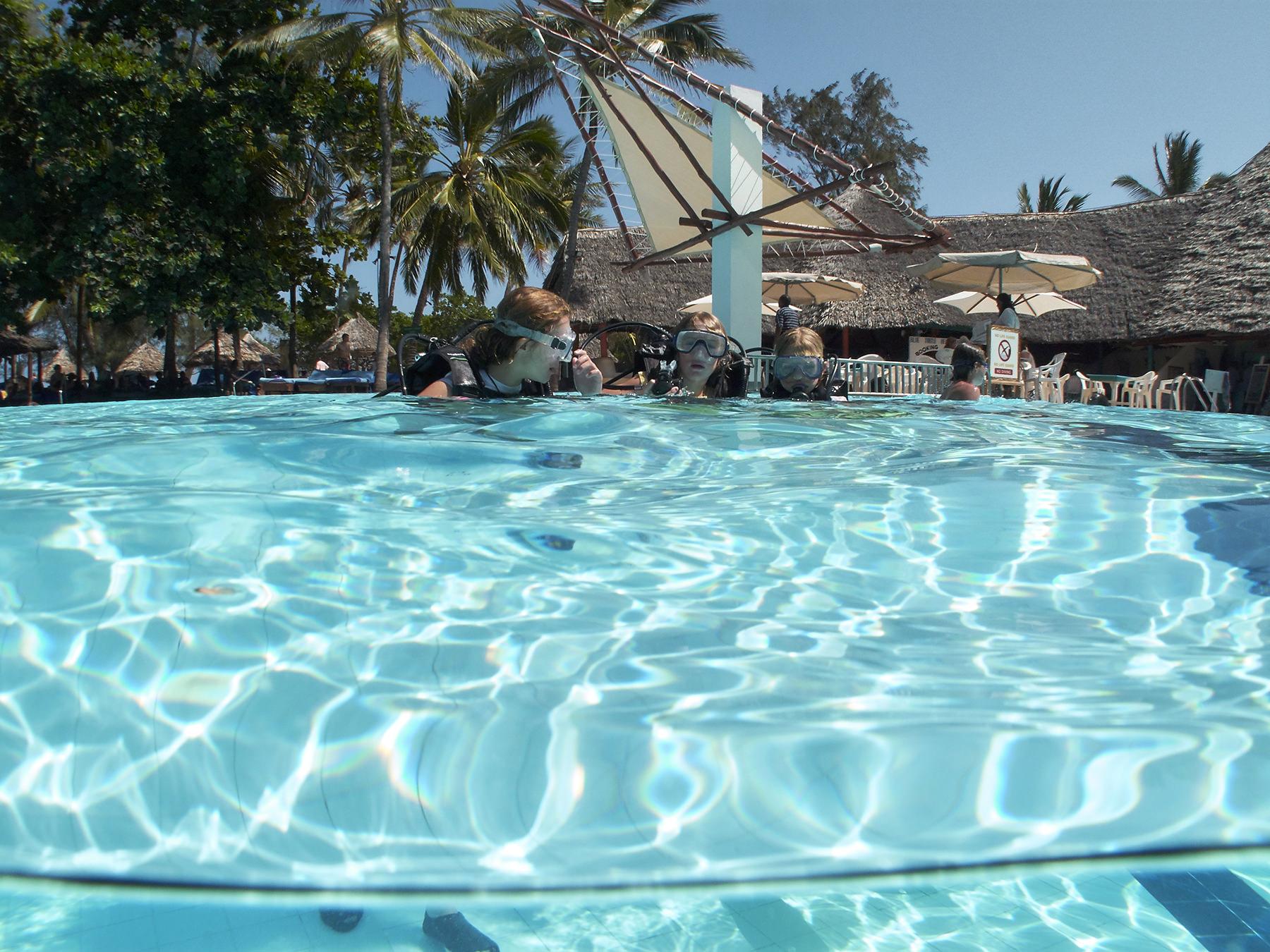 Anfänger können entspannt im Hotel Pool ihre ersten Atemzüge üben