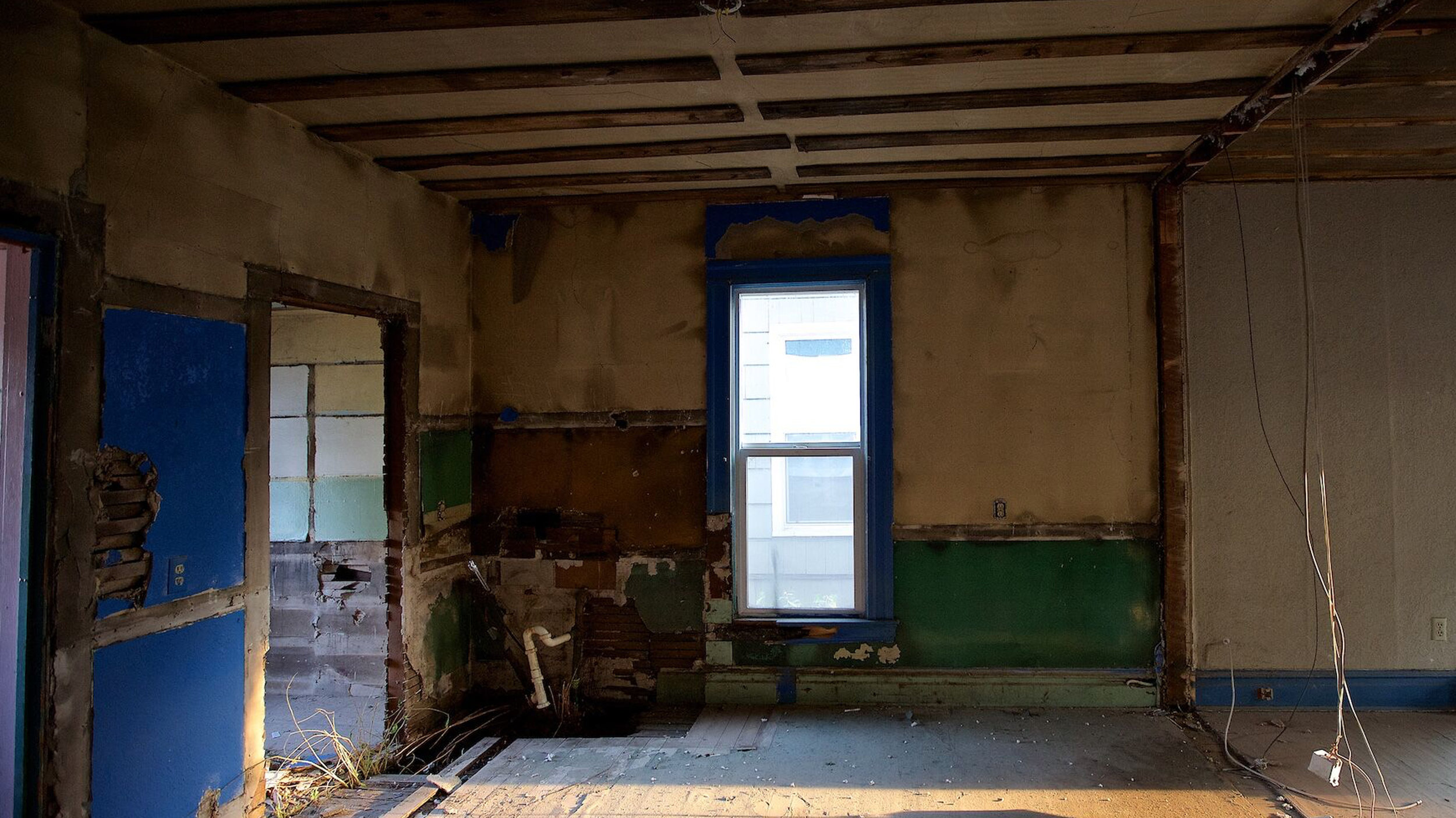 S2E02 - Big Space Small House_0000s_0000_Master Bath Before.jpg
