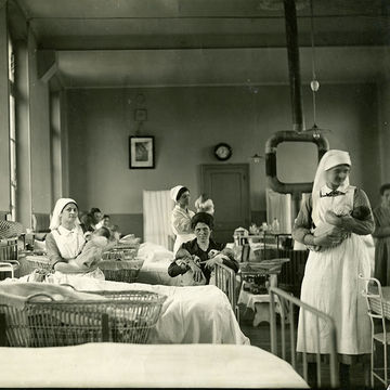 A postnatal ward in the early 20th century